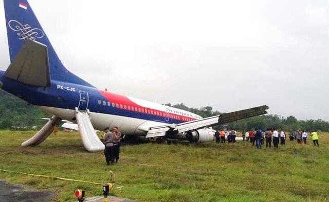 خارج شدن هواپیمایِ مسافربری اندونزی از باند پرواز