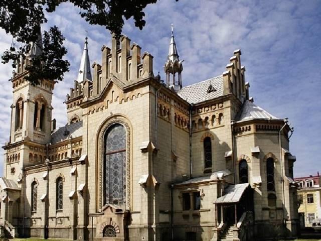 کلیسای جامع مادر مقدس باتومی ، کلیسایی باشکوه با معماری گوتیک